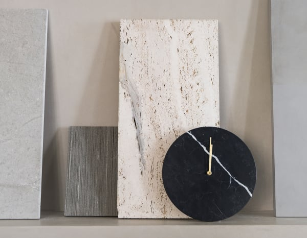 Kasper Rønn und Jonas Bjerre-Poulsen von Norm Architects schufen für Menu ein zeitloses Rund aus Marmor, das ganz reduziert nur mit zwei Zeigern auskommt. Ab 220 Euro,menu.as.