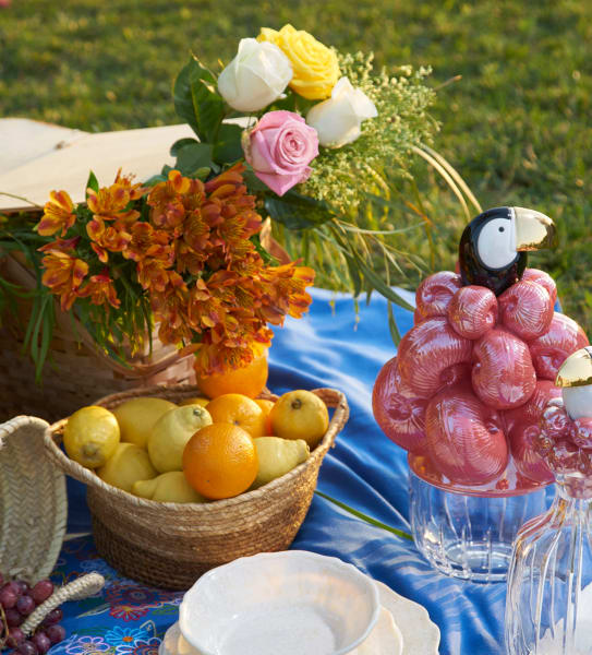 Tischdekoration: Blumen in Weidenkörben zum Picknick