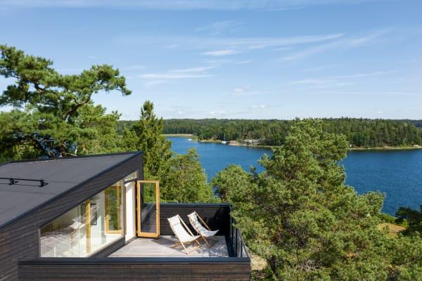 Als Architekt beschäftigt sich Rickard Rotstein viel mit Arbeitsräumen. Auf einer Insel schuf er sich einen Ort zum Leben: ein traditionelles schwedisches Sommerhaus in ungewohnter Gestalt, leichtfüßig auf den Fels gesetzt.