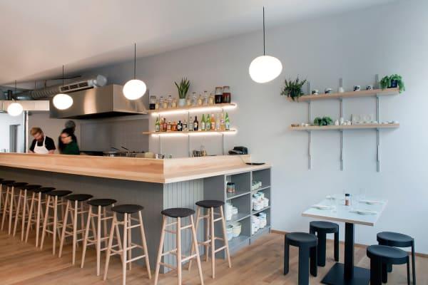 Die Theke fertigte Architekt Giles Reid aus Sycamore-Holz – inspiriert von der japanischen Möbeltradition.