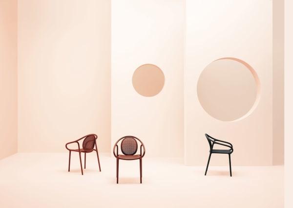 """Inspiriert von den kurvigen Bugholzstühlen des 19. Jahrhunderts entwarf Eugeni Quitllet Stuhl """"Remind"""". Der macht sich dank Polypropylen drinnen als auch draußen gut."""