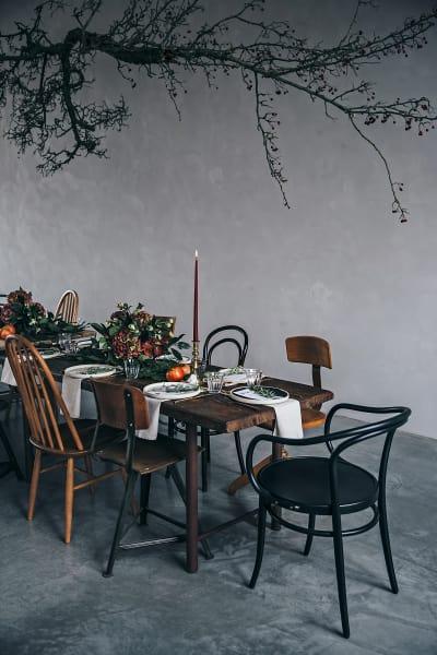 """Für ein adventliches Event des Berliner Blogs """"Our Food Stories"""" ließ Floristin Ruby Barber        von Mary Lennox einen Weißdornast als urwüchsige Wolke über der Tafel        schweben."""