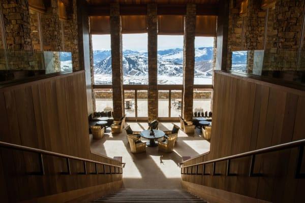 """Winterurlaub im Wilden Westen im """"Amangani"""" in Jackson Hole in Wyoming. In dem feudalen Sandstein-Rothholz-Bau hat man einen weiten Blick in das Tal von Jackson Hole bis hin zum Tenton Pass und zum Snake River Range."""