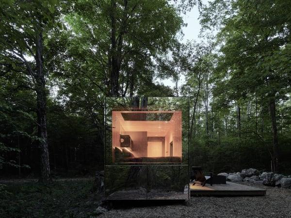 Innen sorgen Holzverkleidung und schwarze Möbel für einen minimalistischen, gemütlichen Raum.
