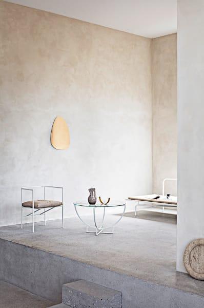 """Wie viele Möbel braucht der Mensch? C/ROs puristische Kollektion zeigt, wie elegant Verzicht aussehen kann. Die filigranen weißen Linien sindaus wiederverwertetem Stahl und pulverbeschichtet. SodassSessel """"Sebastian"""" (Preisauf Anfrage), Tisch """"Ro"""" (4016 Euro) und Daybed """"Été"""" (4686 Euro) sogar draußen maximal minimal wirken."""