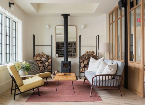Die Lobby wurde von Workstead mit eigenen Entwürfen und einer Auswahl an Möbeln von lokalen Handwerkern aufgemöbelt.