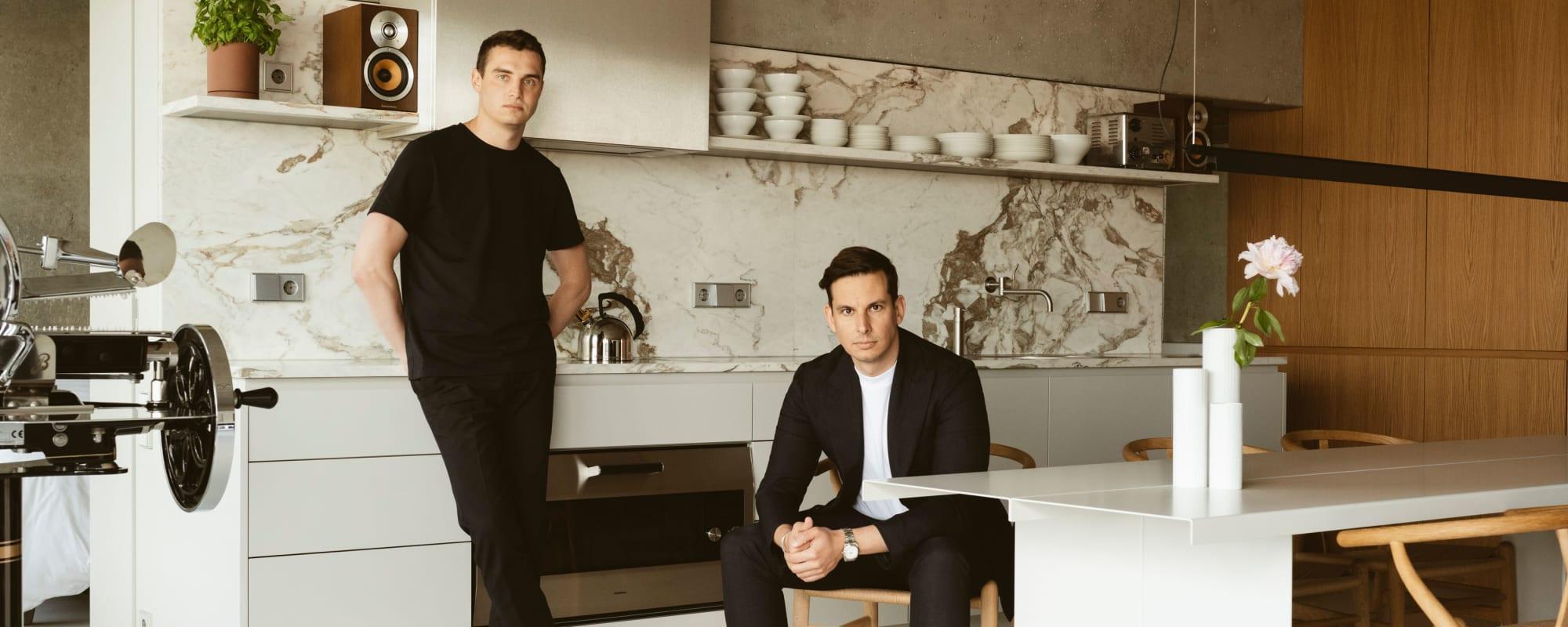 Christopher Sitzler und Frederik Brakel in ihrer Küche.