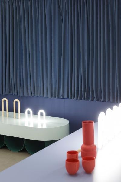In Bank, Tisch und Gefäße wird der markante Bogen als verbindendes Element der Kollektion wieder aufgegriffen.