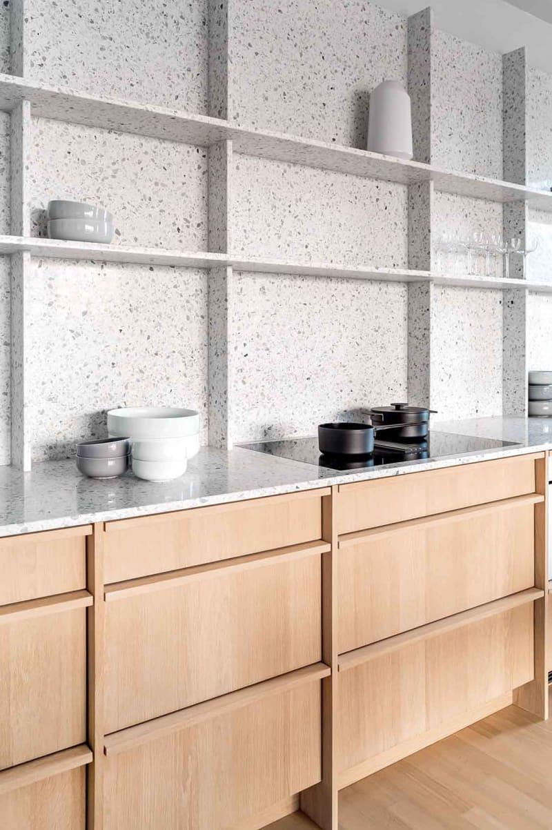 Küchenzeile in Berliner Apartment von Ester Bruzkus Architekten