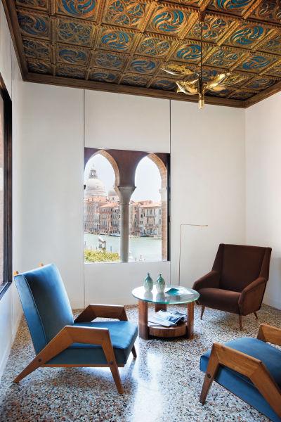 Dank raffinierter Schiebefenster lässt sich der Salon Salute, ein kleines Wohnzimmer, im Sommer als offene Loggia nutzen. Sämtliche Vintages – vom braunsamtenen Ponti-Sessel über die No-Name-Sessel  aus den Vierzigern bis hin zum Blatt-Lüster von Angelo Lelli für Arredoluce – vermittelte die SG Gallery.