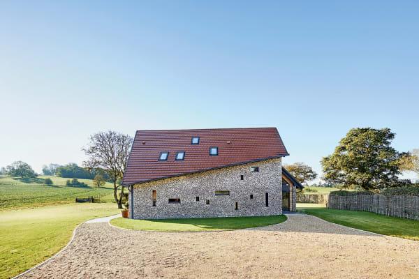 Fertighaus? Ja und nein. Ist es frei von Schadstoffen? Ganz sicher! Da Andrew Lloyd Webberein großer Fan von Le Corbusier ist, wurde das Landhaus von Baufritz komplett individuell geplant. Dazu gehört auch die unregelmäßige Fassade aus Naturstein.
