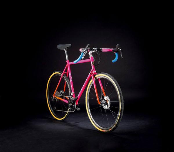 """Hommage an die italienischen 80er, offroadtauglich und eine Farbkombination zum Niederknien: Robertone aus Hamburg baut klassische, gemuffte Stahlrennräder und Gravel Bikes mit modernen Komponenten wie den Scheibenbremsen des """"CXG"""", das Ganze vom Lack bis zu den Reifen individuell und auf Anfrage. – robertone.cc"""