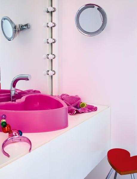 Alles Agatha: Becken, Handtuch und das rote Höckerchen davor sind Eigenentwürfe.