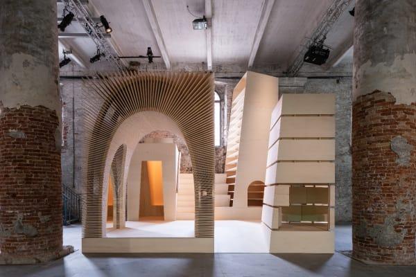 """Anhand vier begehbarer """"Totems"""", als Vertreter urbaner Raumtypologien, lädt die Installation von Alison Brooks Architects zum Entdecken der operativen und emotionalen Qualitäten von Räumen ein, die das tägliche Leben und die heutigen Stadtbilder prägen."""
