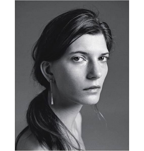"""Hadar Nornberg lässt ihre Ohrringe """"Unseen"""" durch Diamanten funkeln."""