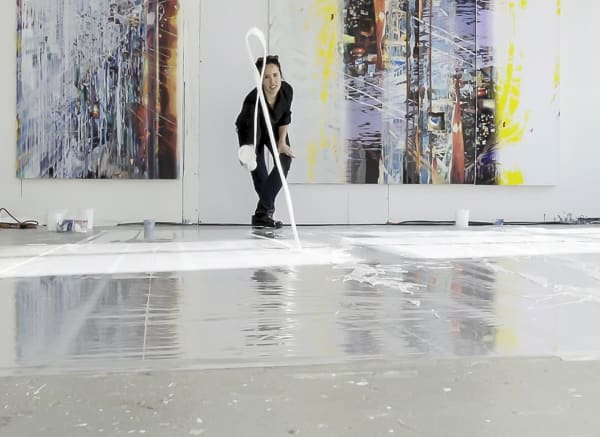 Die Künsterlin Sarah Sze bei der Arbeit.
