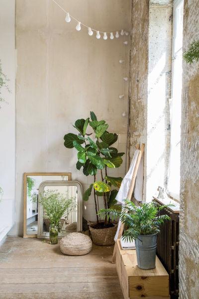 Unfertig schön: Tageslicht fällt durch das Fenster in der unverputzten Wand des Gästebads auf Spiegel, die sich im Haus fanden.