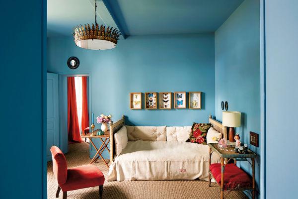 """Wie im Märchen wohnen Besucher bei Luis Laplace und Christophe Comoy. Den pastellblauen Gästetrakt im Parterre schmücken Schmetterlinge und ein konvexer """"Hexenspiegel"""" über der Tür."""