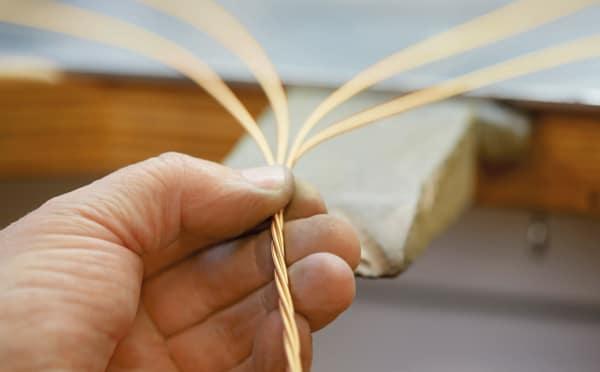 Nur drei Spezialisten weltweit verstehen sich darauf, die hauchdünnen Goldfäden herzustellen. Natürlich zählen diese drei zu den Mitarbeitern von Wellendorf.