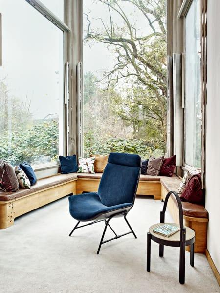 Lounge Chair mit Samtbezug und einem Gestell aus Holz un Metall.