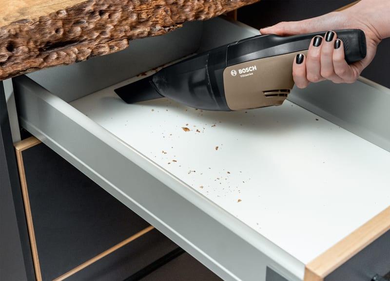 Anwendung des Bosch Handstaubsaugers.