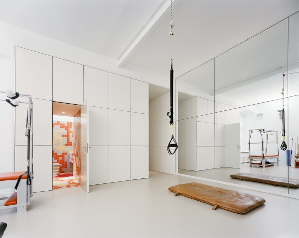 Thomas Kröger schuf in einem Berliner Altbau einen voluminösen Fitnessraum für eine Trapezkünstlerin.