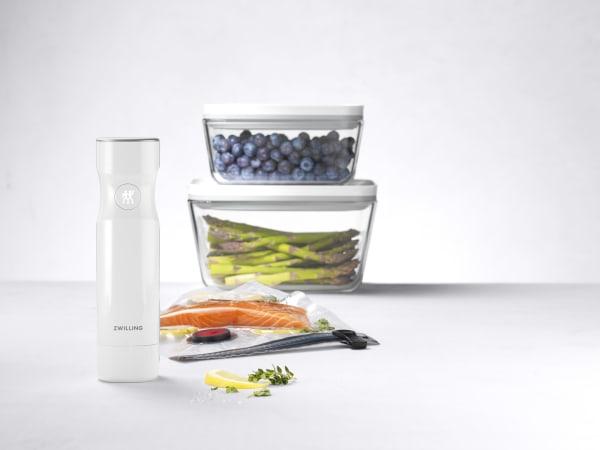 Erhältlich sind die Aufbewahrungsdosen mit Vakuumverschluss aus Glas (Set aus sieben Teilen um 90 Euro) oder Kunststoff (sieben Teile um 80 Euro).