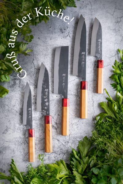 """Messerserie """"Kasumi Black Hammer Blue"""" von Chroma (von li.): Kleines und großes Santoku (japanischer Klassiker und Allrounder), Nakiri (für Gemüse und Kräuter), Kochmesser und Universalmesser (für Fisch, Fleisch und Gemüse)."""