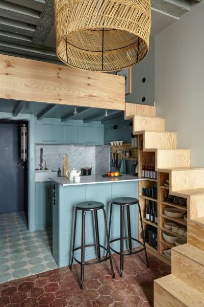 Egal wie winzig ein Apartment auch ist– Marianne Evennou findet eine Lösung: Hier hat sie auf 25Quadratmetern den Schlafbereich auf einer Galerie untergebracht, die Küche schmiegt sich darunter. Marmorplatten geben Würde, ein Steckbrett schafft spielerisch Stauraum.