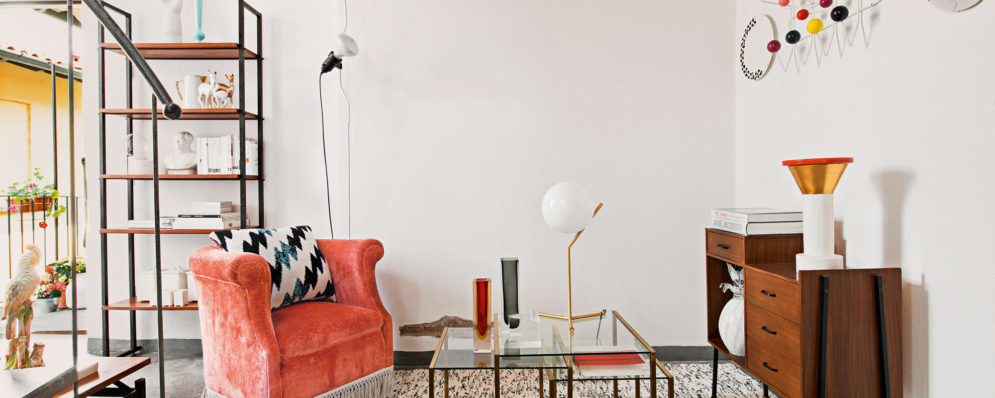 Mailand Apartment Benedetto Fasciana, Eames Hang it all, Lampe Anastassiades für Flos, Kenzo Home Kissen