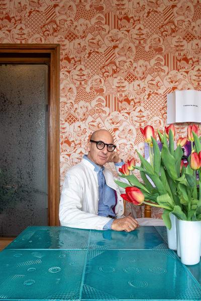 Kreativer Geist: Den Porzellantisch in seinem Esszimmer hat Sergio Colantuoni gemeinsam mit dem Künstler Roberto Cambi        geschaffen, die Vintage-Tapete an der Wand stammt von Manuel Canovas für        Silva Tessuti, die Applike von Servomuto. Einziger Designklassiker ist        die Vase von Alvar Aalto.