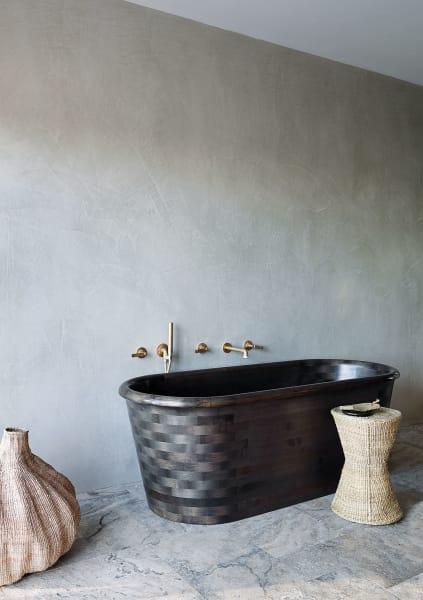 Die Badewanne von Wooden Baths aus geschwärzter Eiche in Flechtkorboptik.