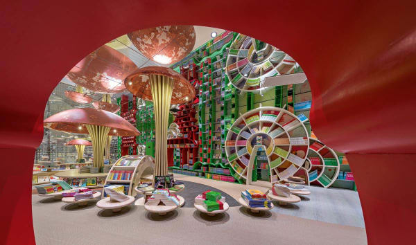 Hat Alice etwa die falschen Pilze erwischt? Nein, sie stehen noch – in der bonbonfarbigen Kinderabteilung der Zhongshuge Buchhandlung im chinesischen Chengdu. Die haben die Architekten von X+Living in ein quietschfideles Wunderland verwandelt, das unzählige Geschichten bereithält, xl-muse.com
