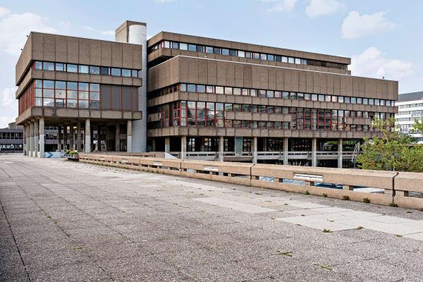 Schreckbild aus Beton? Die Bibliothek der Ruhr-Universität Bochum entstand zwischen 1970 und 1974 nach einem Entwurf von Bruno Lambart. Ab        9. November kann man dem Brutalismus zwischen Monstren und        Geniestreichen im Deutschen Architekturmuseum in Frankfurt und im        begleitenden Katalog nachspüren.