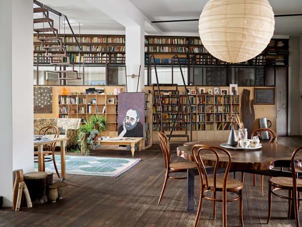 Eigentlich wollte Guido Scarabottolo nur einen leeren Raum, allein mit denThonet-Stühlen seiner Großmutter. Doch seine Frau brachte Bilder und Pflanzen mit, ein Freund schenkte das Sofa. Inzwischen bedecken 1500 Bücher die Wände, und der Architekt ist heute Illustrator für Einbände.