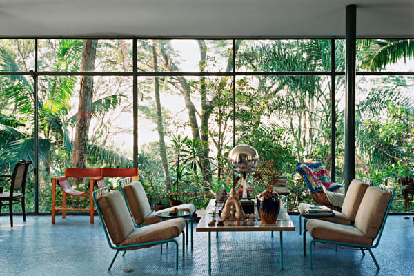 """In der Ausstellung """"Home Stories. 100 Jahre, 20 visionäre Interieurs"""": Das Casa de Vidro (""""gläsernes Haus"""") von Lina Bo Bardi, São Paulo, Brasilien, 1952."""
