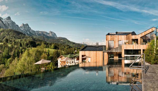 Das 5-Sterne-Hotel Forsthofgut führt das erste WaldSPA in Europa.