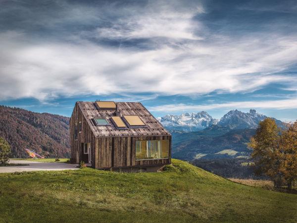 """""""Leierhof"""" liegt in der Nähe vom alten Haus und passt sich sehr gut der Umgebung an mit den natürlichen Materialien an."""
