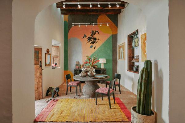 """Neues Design, altes Handwerk: In ihrer """"Mesón Hidalgo"""" verkauft Laura        Kirar auch Möbel und Accessoires, für die sie mit traditionellen        Herstellern zusammenarbeitet. Alle Stücke hier sind made in Mexico –        außer der Teppich, der kommt aus Marokko."""