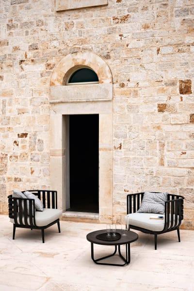 """Rodas Outdoor-Sessel """"Thea"""" sind von den dekorativ gestreiften Blättern der Calathea inspiriert: Auf den Polstern, eingebettet in eine Aluminiumstruktur, können Sie – anders als das Schattengewächs – herrlich sonnenbaden."""