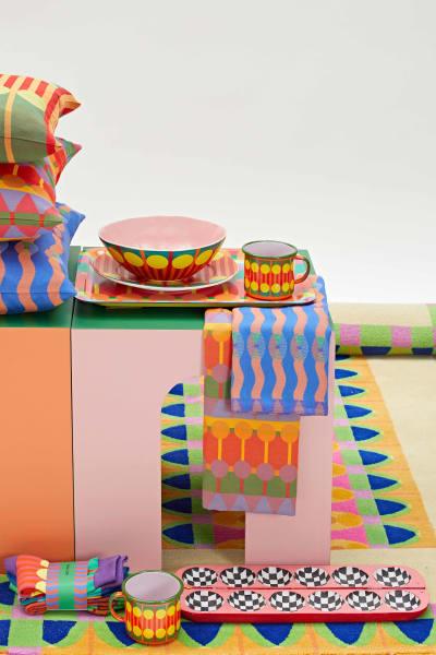 Kissen, Teppiche und Geschirr: Yinka Iloris erste Homeware-Collection leuchtet so bunt wie seine Kunst.