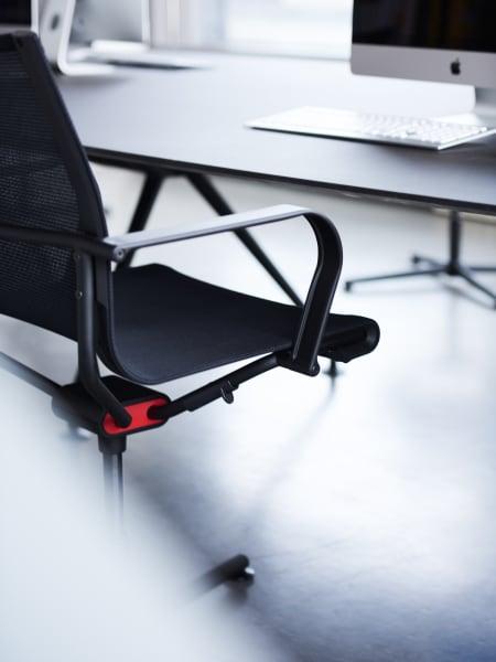 Durch die Weiterentwicklung des Dondola-Sitzgelenks bewegt sich die Sitzfläche des Stuhls auf vier Achsen.