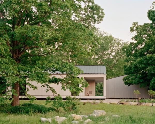 Von Norden betrachtet, wird der Bau im Ganzen zum Rahmen,durch den der Blick hindurchgeht. Die Einfassungen sind aus Findlingen vom Anwesen.