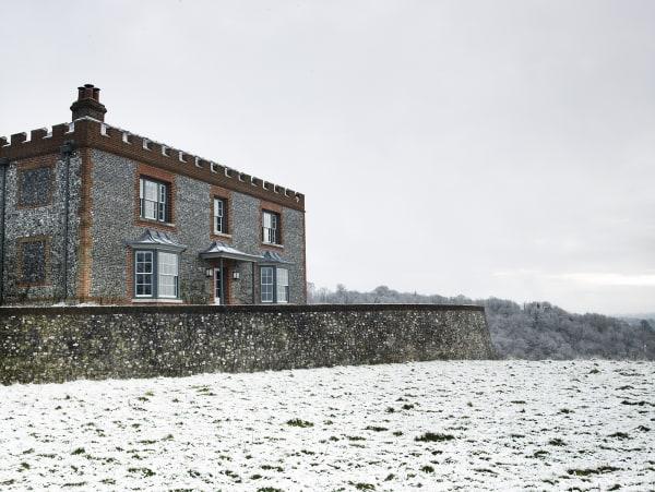 Top of the hill: Das Herrenhaus o.li. wurde samt Festungsmauer und georgianischer Fassade neu gebaut. Der Park fließt in die Landschaft von Buckinghamshire li., aber reiten kann Lady Getty auch unter den hohen Eschen (li. Seite) in ihrem Garten.