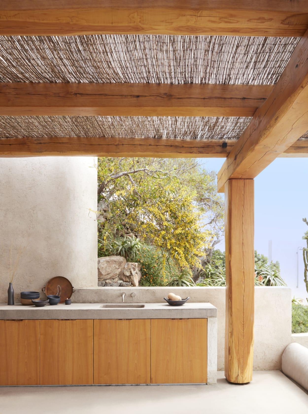 Outdoor-Küche unter einer Pergola auf Mykonos