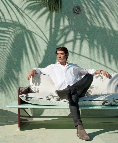 "Schattenspiele: Derek Castiglioni auf dem ""Supernova""-Sofa mit Safari-Print."