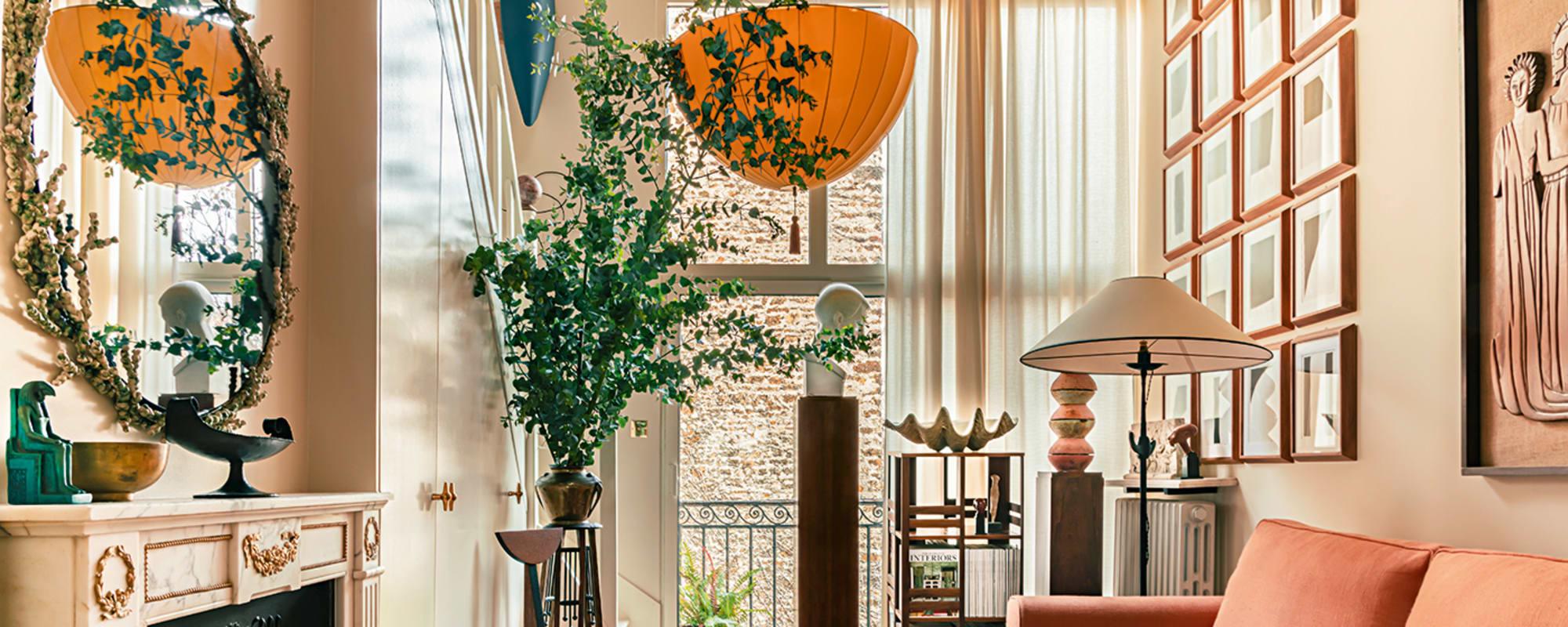 Wohnzimmer mit lachsrosa Sofa und Josef Hoffmanns Lampionleuchte