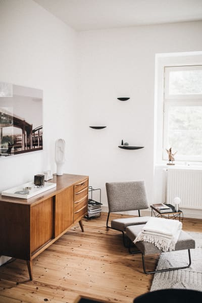 """""""Lounge Chair Hirche"""" von Richard Lampert, Regal """"Gridy Fungi"""" ist von Menu. Der Beistelltisch """"Occasional Table LTR"""" ist von Vitra."""