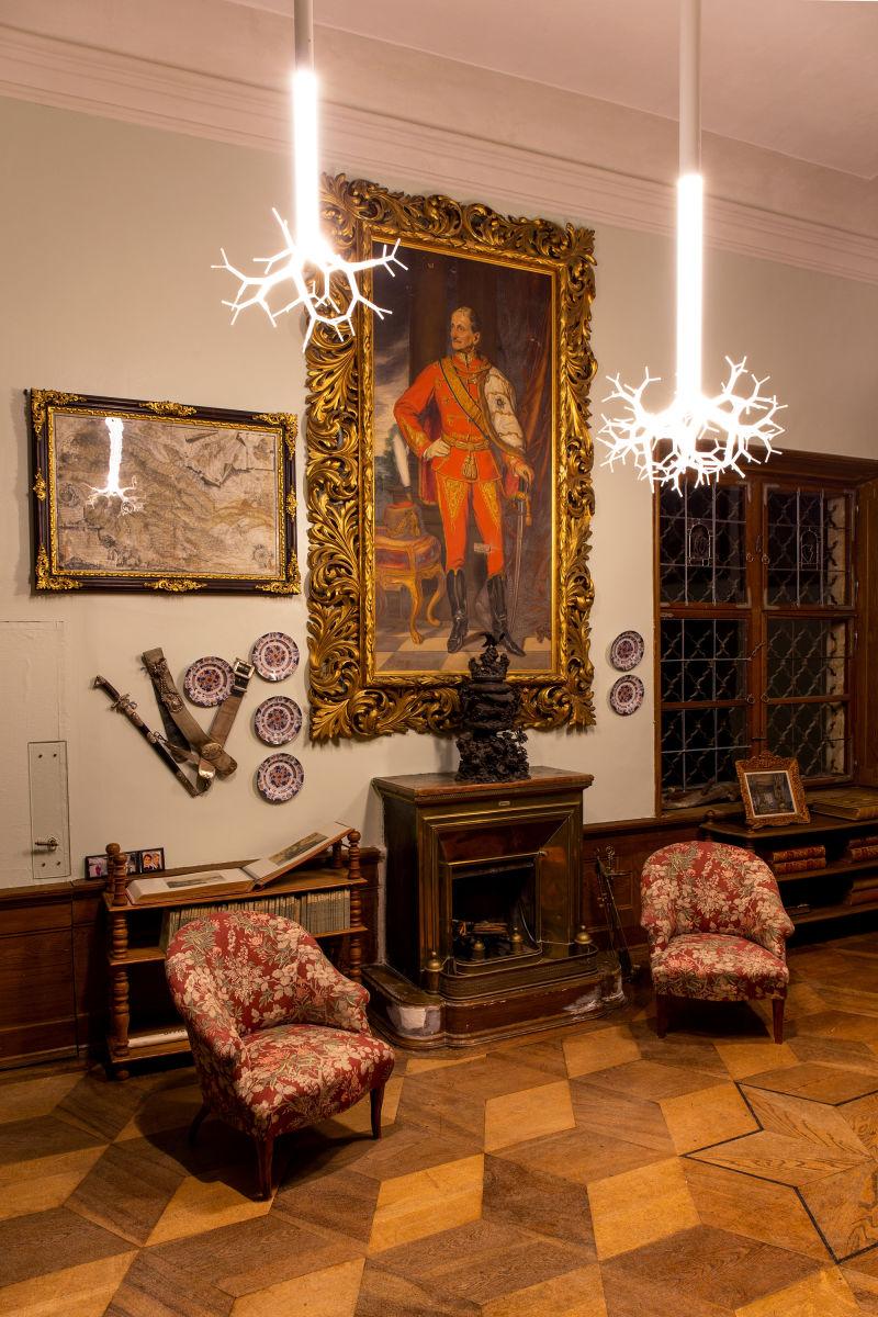 """Lex Potts Kronleuchter """"Tree of Life"""" im Schloss Hollenegg."""