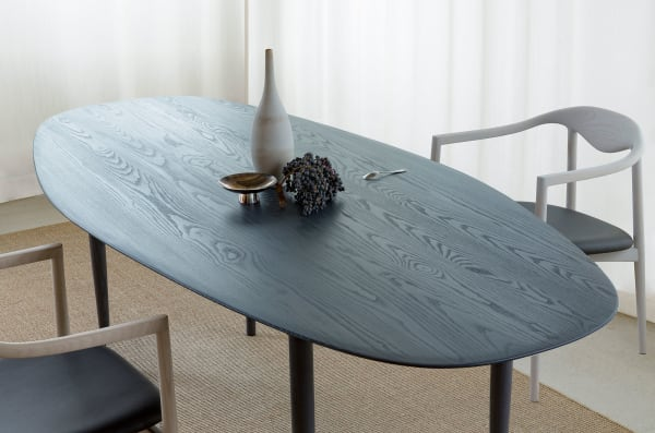 """OEO Studio und Brdr Krüger präsentieren den """"JARI Table"""" aus der gleichnamigen Kollektion, erstmals entworfen für das neue Restaurant """"Inua"""" in Tokio, das OEO auch einrichtete."""